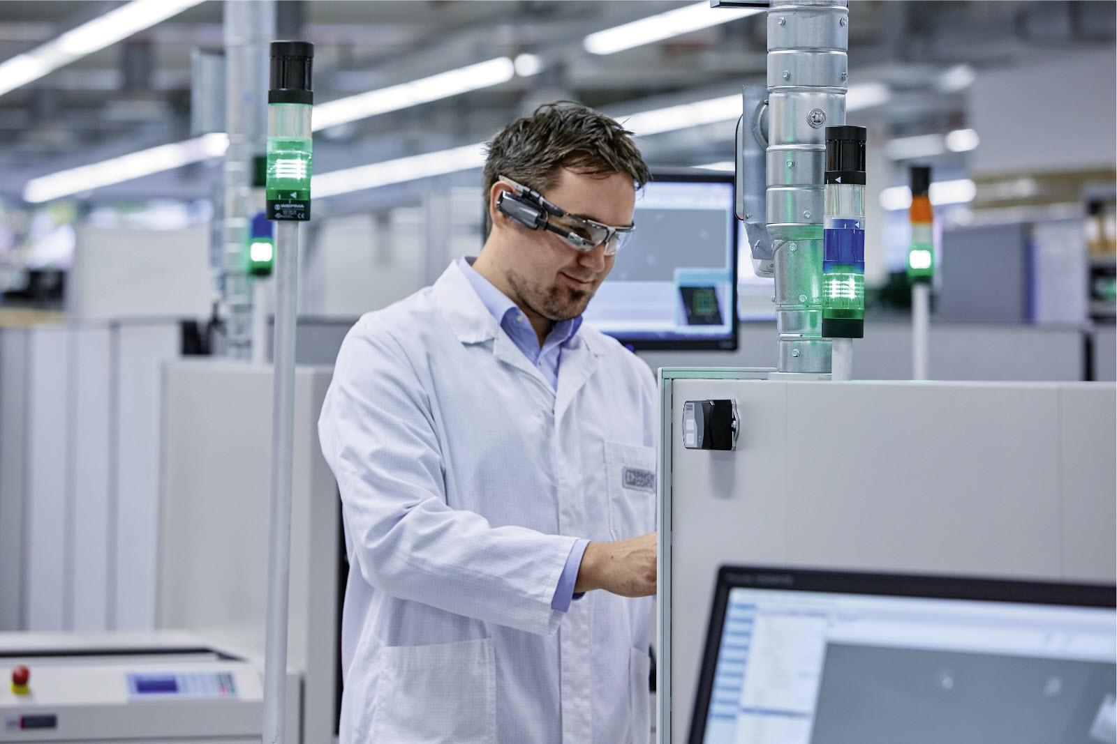 Rys. 2. Coraz więcej producentów maszyn zapewnia swoim klientom możliwość korzystania z inteligentnych urządzeń, np. tabletów czy inteligentnych okularów, do pracy na maszynie.