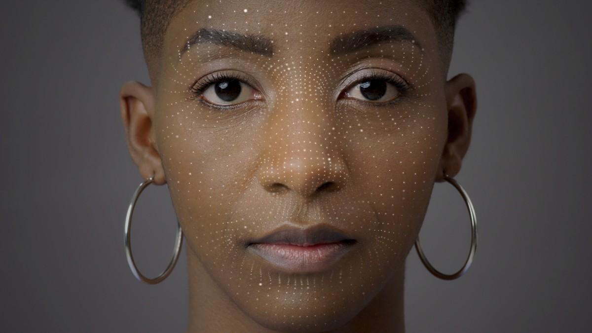 dot projector wytwarza kilka tysięcy punktów światła podczerwonego (IR) na twarzy