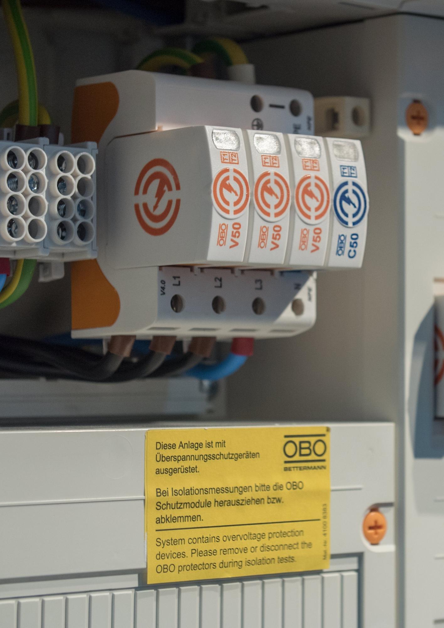 Uniwersalny ogranicznik Typu 1 (1+2) do instalacji TN-S, TT i TN-C-S w budynkach z ochroną odgromową LPL III i IV oraz w budynkach bez systemu zewnętrznej ochrony odgromowej zasilanych linią napowietrzną
