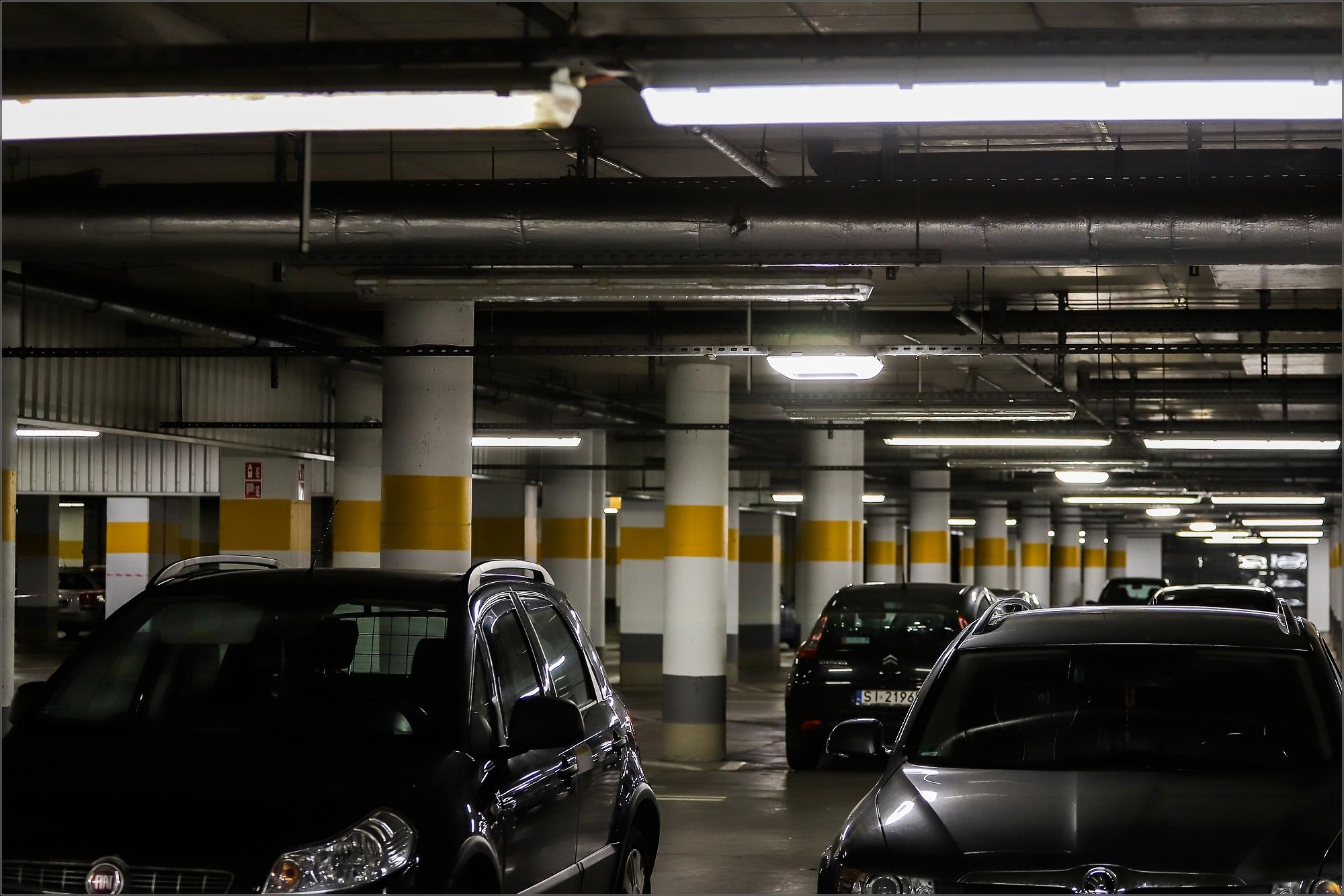 Na parkingu zostały wykorzystane inteligentne systemy zarządzające oświetleniem fot. Beghelli
