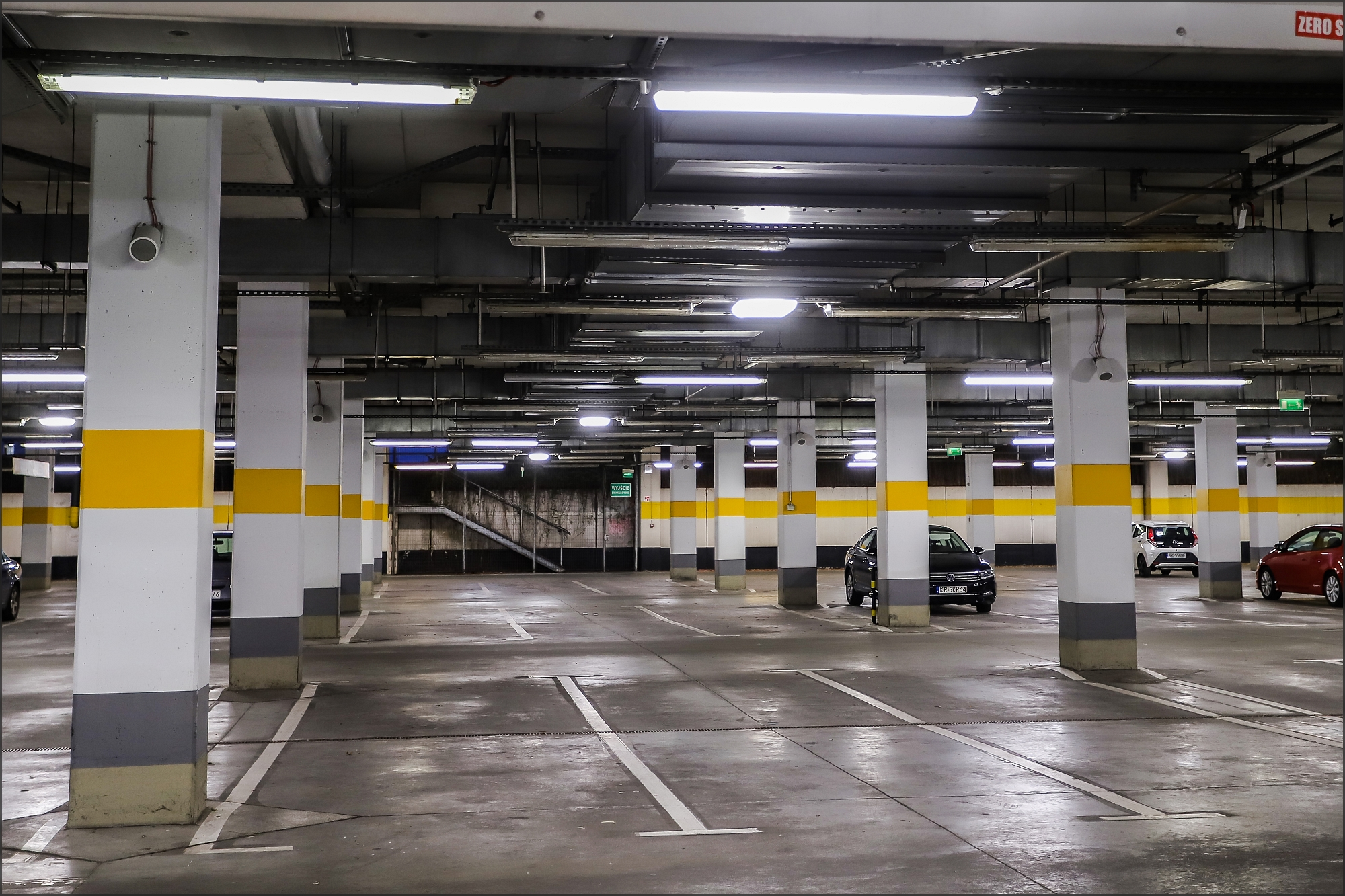 Oprawy LED od Beghelli na parkingu w galerii Silesia City Center fot. Beghelli.jpg