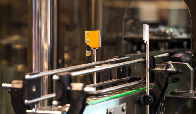 Czujniki fotoelektryczne na linii produkcyjnej