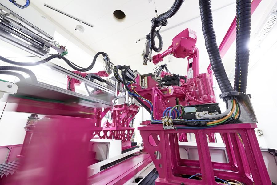 Przemysł 4.0 w praktyce: produkcja kompaktowych obudów sterowniczych AX i obudów małogabarytowych KX odbywa się w nowo wybudowanym zakładzie w Haiger. Najnowocześniejszy na świecie zakład produkujący kompaktowe obudowy stawia w całości na koncepcje Przemysłu 4.0 i wysoce zautomatyzowane procesy, aby zagwarantować ciągłą dostępność produktów.