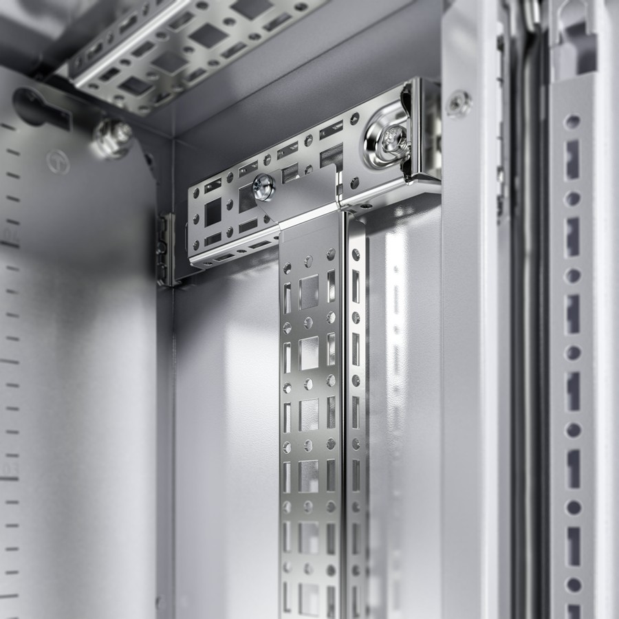 Elastyczniej: szyny i przetłoczenia ułatwiają zabudowę wewnętrzną. punktowe przetłoczenia obudowy umożliwiają szybkie i precyzyjne zamontowanie szyny do zabudowy wewnętrznej do dalszego montażu z użyciem szyny systemowej chassis i akcesoriów Rittal. (*nie dotyczy wersji ze stali nierdzewnej)