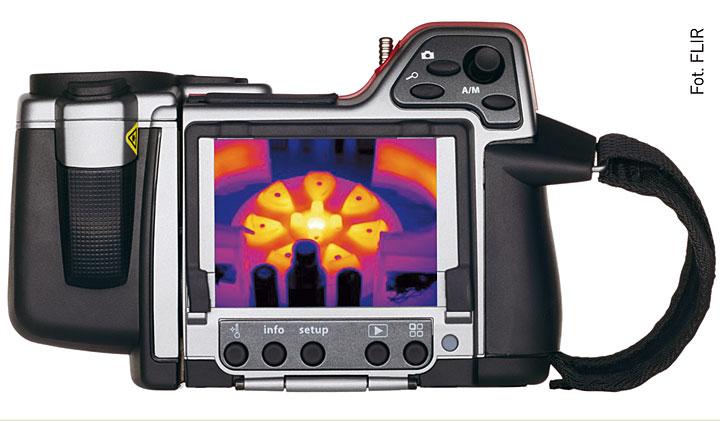 Fot. 3. Kamera Flir T365. Możliwe jest nagrywanie notatek głosowych – do poszczególnych zdjęć z możliwością wprowadzania ich do raportu. Opcjonalnie dostępne obiektywy 6º, 15º, 45º, 90º, 2x i 4x, łatwe w montażu do korpusu kamery, dzięki czemu zyskuje się dużą różnorodność zastosowań urządzenia. Standardowa karta pamięci SD umożliwia zapis ponad 1000 zdjęć pomiarowych w formacie JPEG.