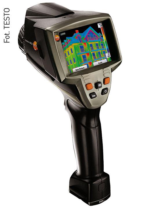 Fot. 4. Kamera termowizyjna Testo 882 o ergonomicznym kształcie pistoletu, z rozdzielczością 320 × 240 pikseli. W urządzeniu przewidziano standardowy obiektyw 32°. Możliwe jest wyświetlanie wilgotności powierzchni. Jakość obrazu NETD < 60 mK.