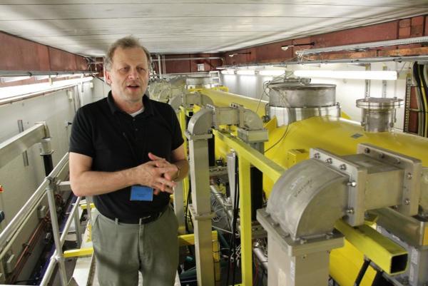 Prof. Jacek Sekutowicz - jeden z konstruktorów XFELa w laboratorium testowania kriomodułów1. Fot. Marek Pawłowski, NCBJ