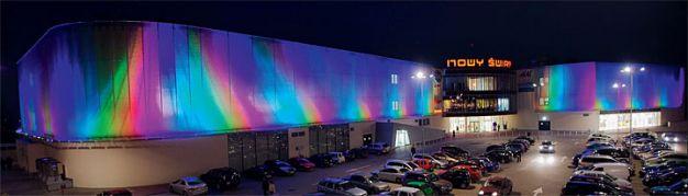 """Oświetlona LED'ami fasada centrum handlowego """"Nowy Świat"""" w Rzeszowie."""