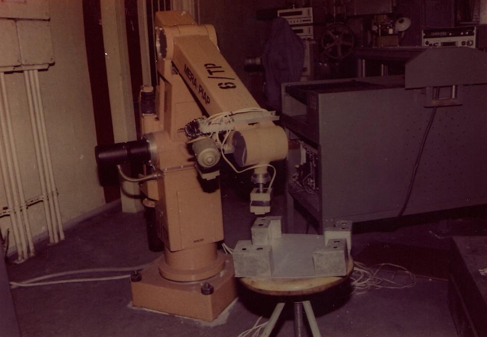 Centra obróbkowe przygotowane do obsługiwania przez robot przemysłowy IRb-60 obróbki skrawaniem zestawu detali