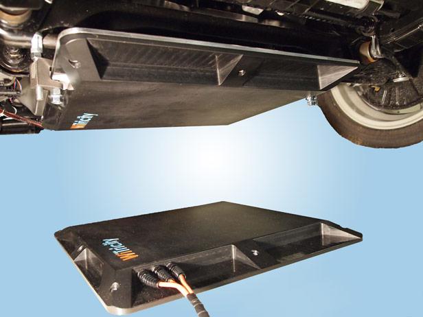 WiTricity opracowała również ładowarkę do samochodów elektrycznych - szeroki na pół metra panel instalowany na podłodze garażu, który ładuje parkujący nad nim samochód elektryczny.