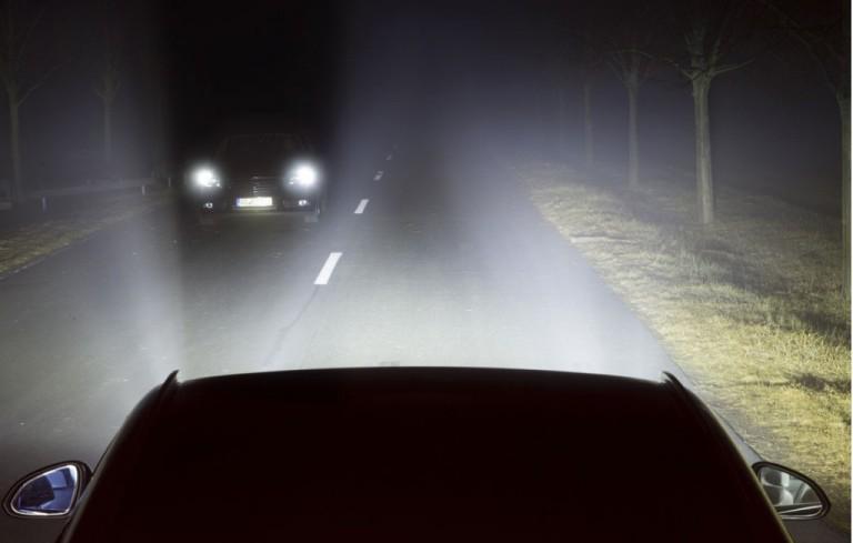 Oświetlenie samochodowe LED Matrix pozwoli na jazdę na długich światłach bez oślepiania kierowców jadących z naprzeciwka