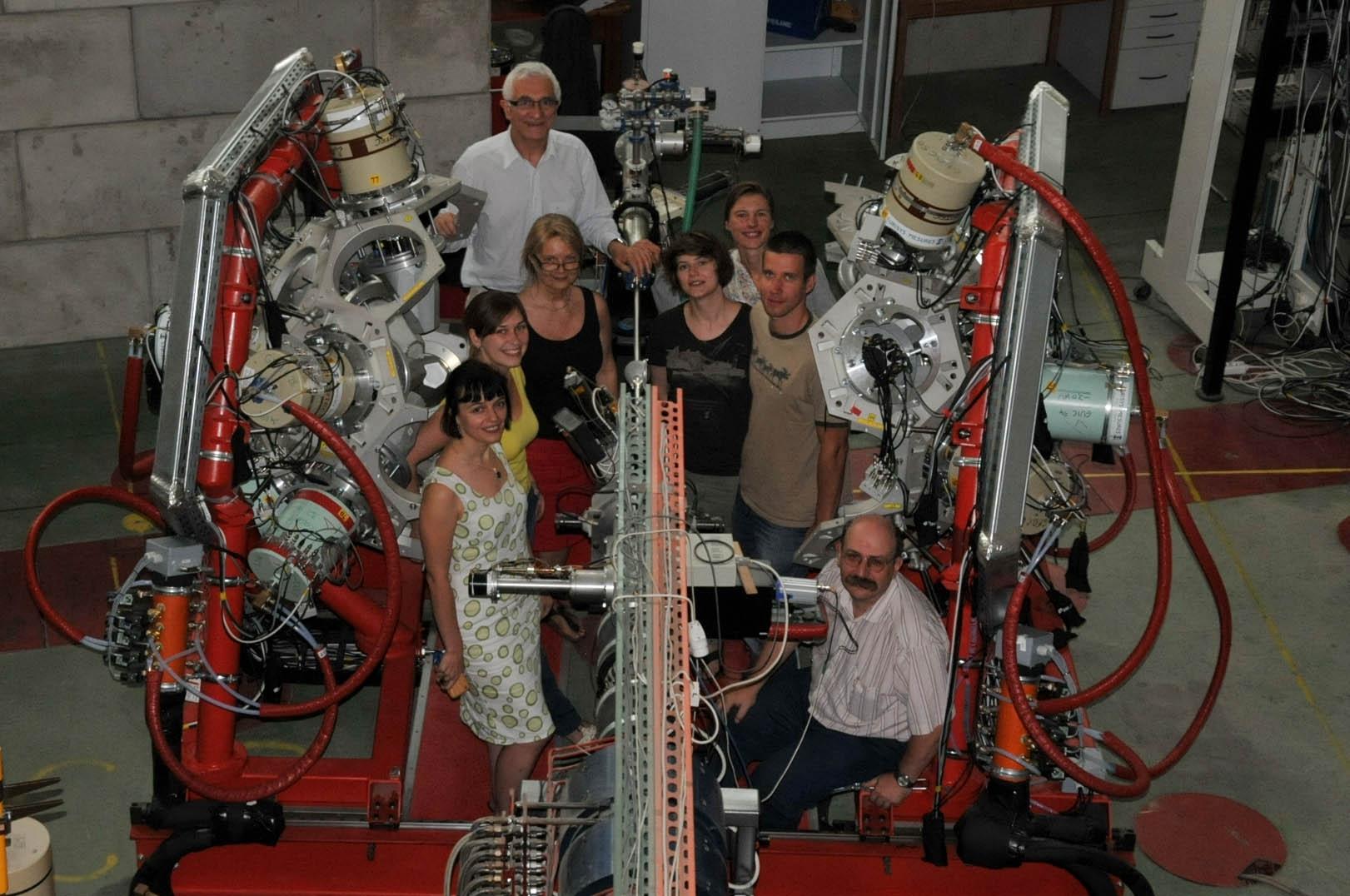 W Środowiskowym Laboratorium Ciężkich Jonów Uniwersytetu Warszawskiego uruchomiono najbardziej zaawansowany polski spektrometr promieniowania gamma. Na zdjęciu grupa warszawskich naukowców z projektu EAGLE między rozsuniętymi połówkami spektrometru. (Źródło: ŚLCJ UW)