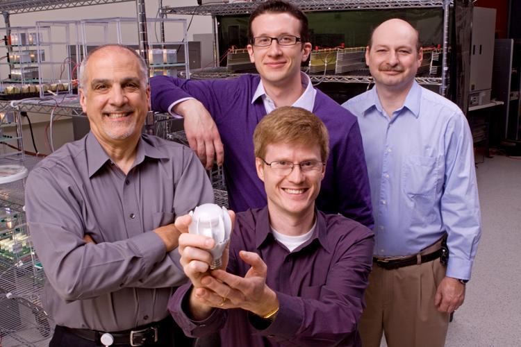 Zespół ds. innowacji GE Lighting prezentuje LED-owy zamiennik żarówki 100W