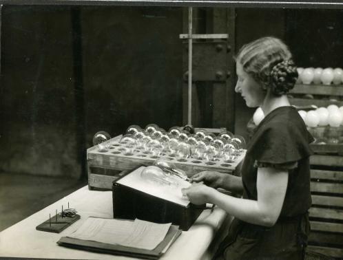 """Fabryka lamp żarowych """"Helios"""" produkowała ok. 4 mln żarówek rocznie"""