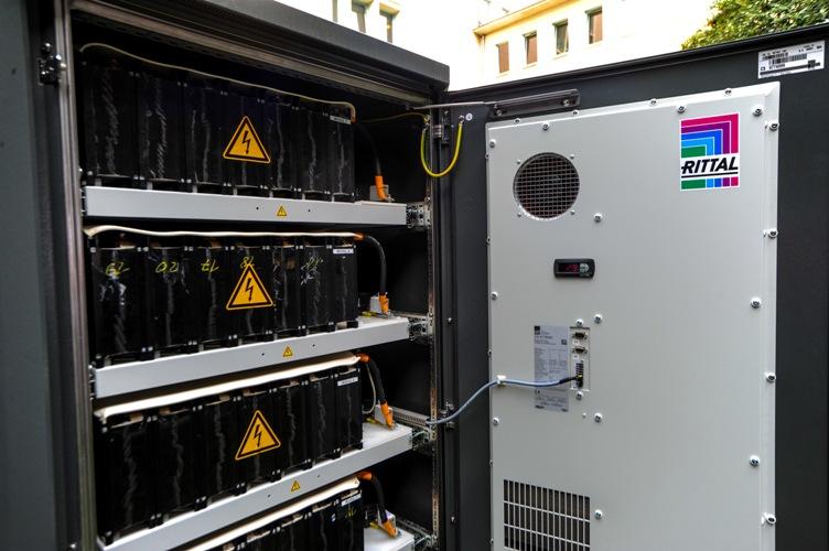 Do magazynowania energii Rittal dostarczył dopasowaną kolorystycznie do budynku obudowę outdoor z serii CS Toptec