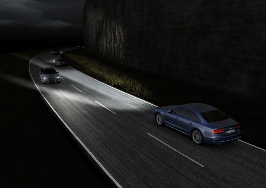Gdy podczas jazdy specjalna kamera zainstalowana w Audi A8 zidentyfikuje pojazdy nadjeżdżające z przeciwka, to reflektory Audi Matrix automatycznie dostosują zasięg i moc świateł drogowych, wyłączając odpowiednie zespoły diod. System pracuje tak precyzyjnie, że nadjeżdżające z naprzeciwka lub wyprzedzane pojazdy nie są oślepiane, natomiast przestrzeń pomiędzy samochodami oraz wokół naszego Audi jest nadal doskonale oświetlona. Im bliżej znajduje się nadjeżdżający pojazd, tym więcej diod wyłącza się lub przyciemnia.