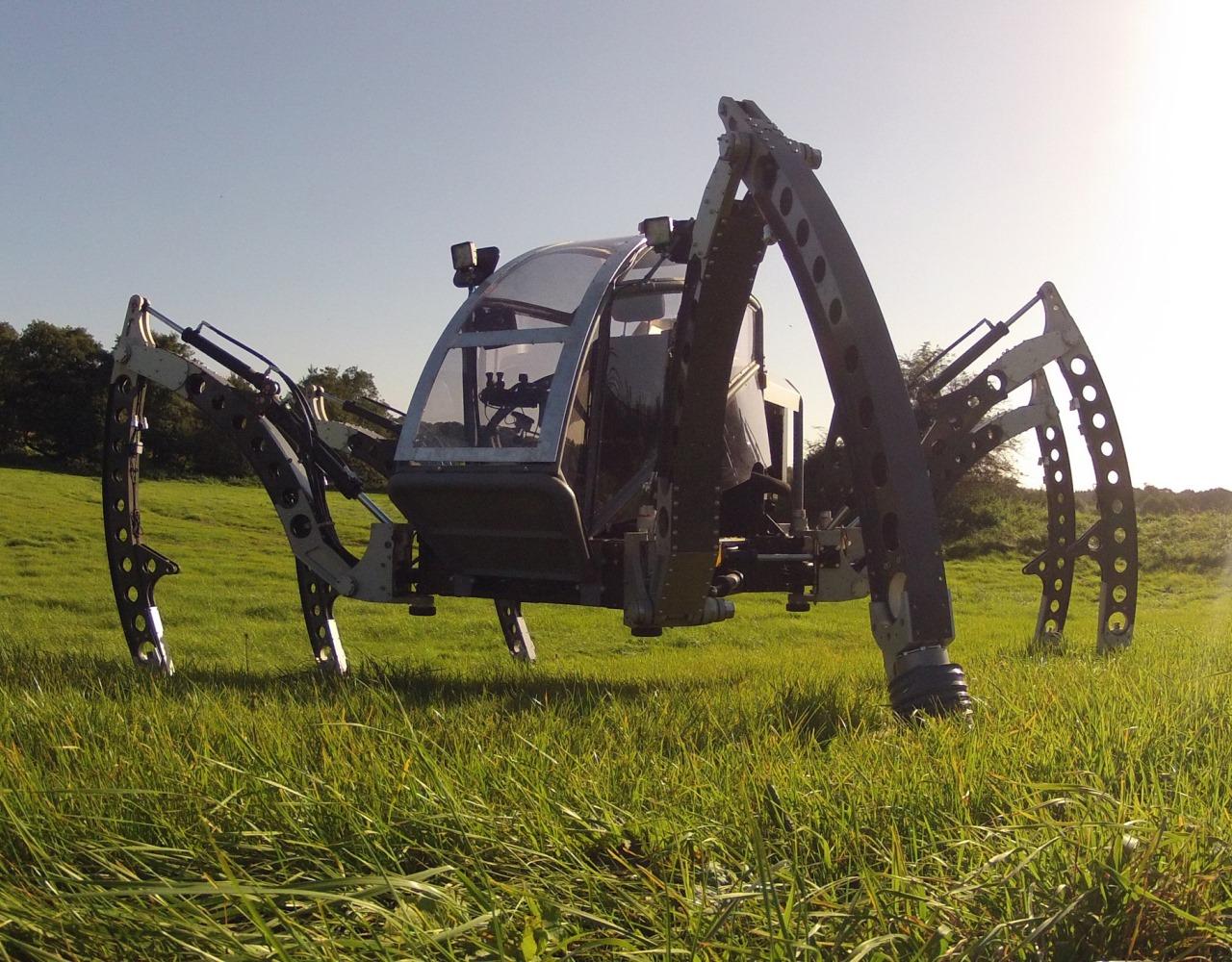 """Sześcionożny robot o nazwie """"Mantis"""" jest wykorzystywany w przemyśle filmowym, ale także w innych branżach, np. w bezzałogowych wypraw podmorskich lub do pracy w środowiskach wrażliwych na uszkodzenie ternu. Bosch Rexroth jest dostawcą kluczowych komponentów hydraulicznych oraz fachowej wiedzy w dziedzinie hydrauliki dla tego robota. (Zdjęcie: Matt Denton, Micromagic Systems)"""
