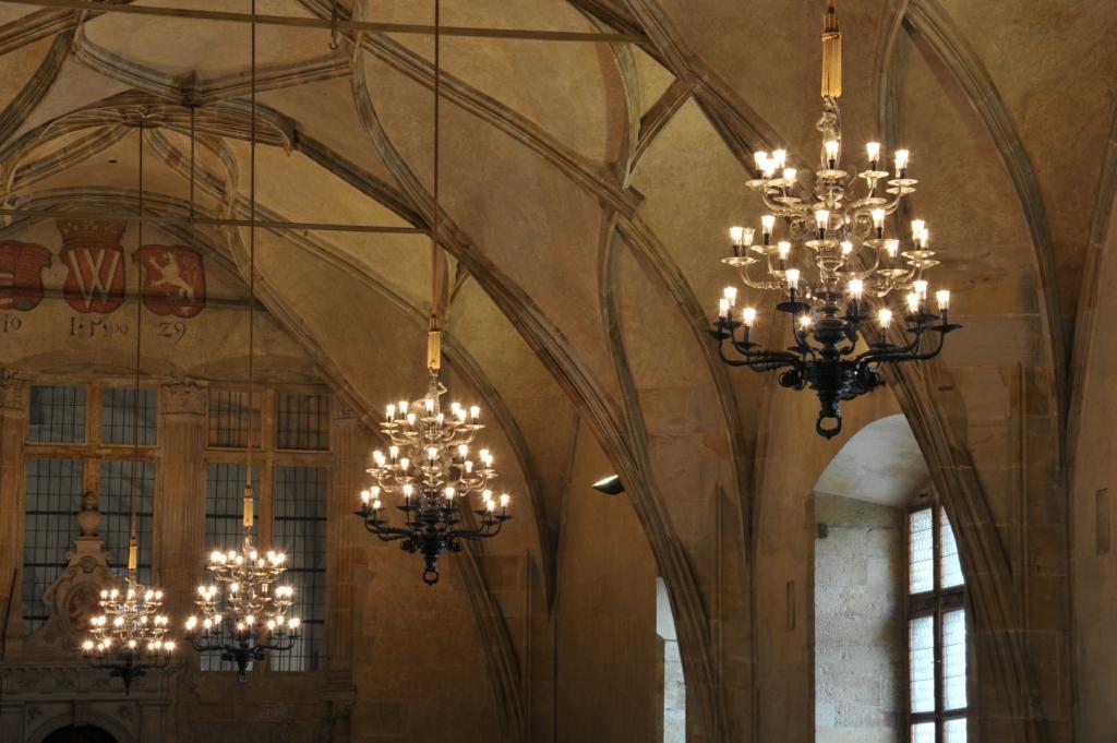 """W praskim zamku na Hradczanach firma Panasonic przeprowadziła modernizację oświetlenia w ramach """"Kampanii wymiany żarówek"""". Ponad 10 tys. tradycyjnych żarówek zastąpiono ich LED-owymi odpowiednikami."""