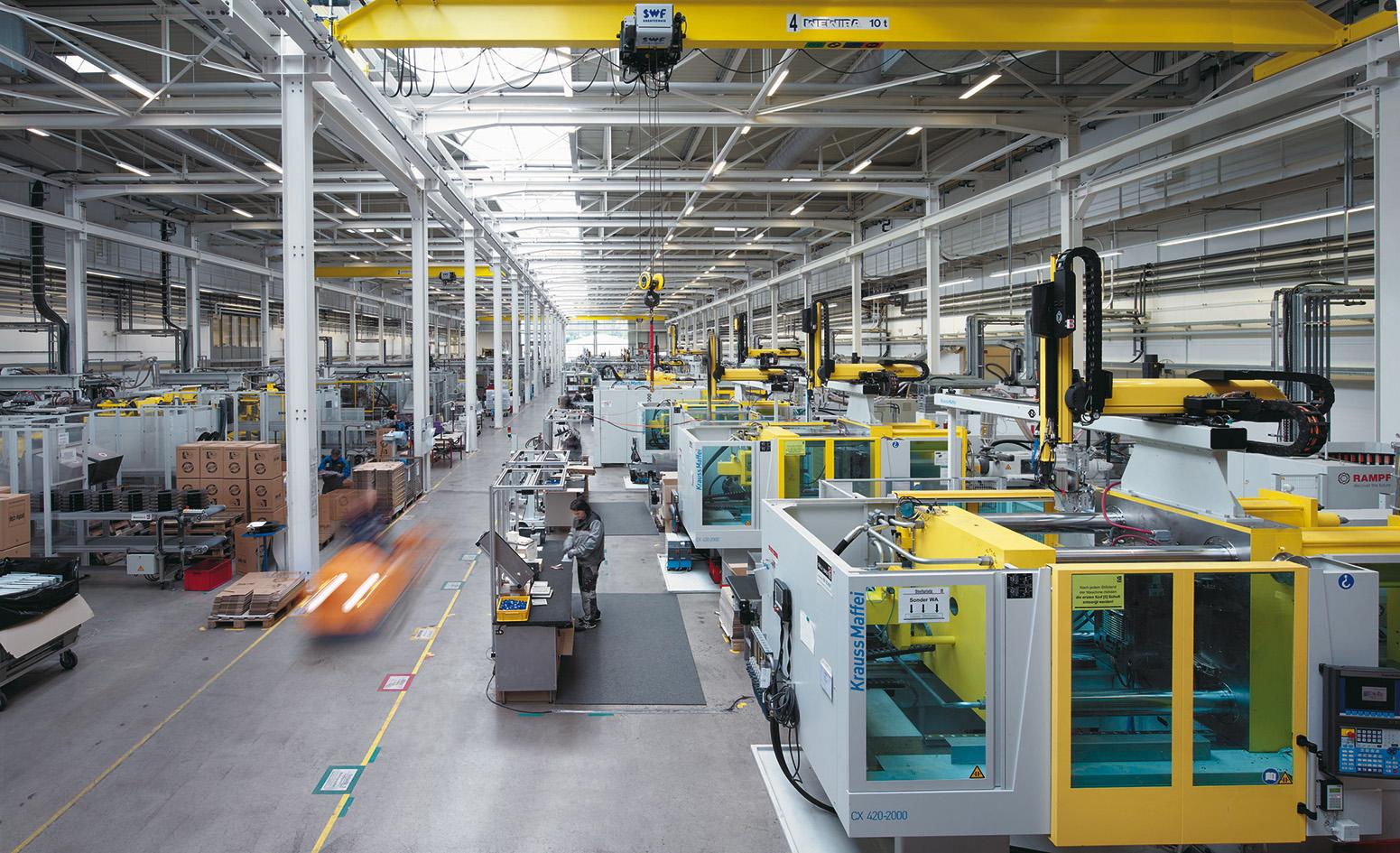 W ultranowoczesnej fabryce LKH, 180 pracowników opracowuje i wytwarza szeroką paletę produktów z tworzyw sztucznych.