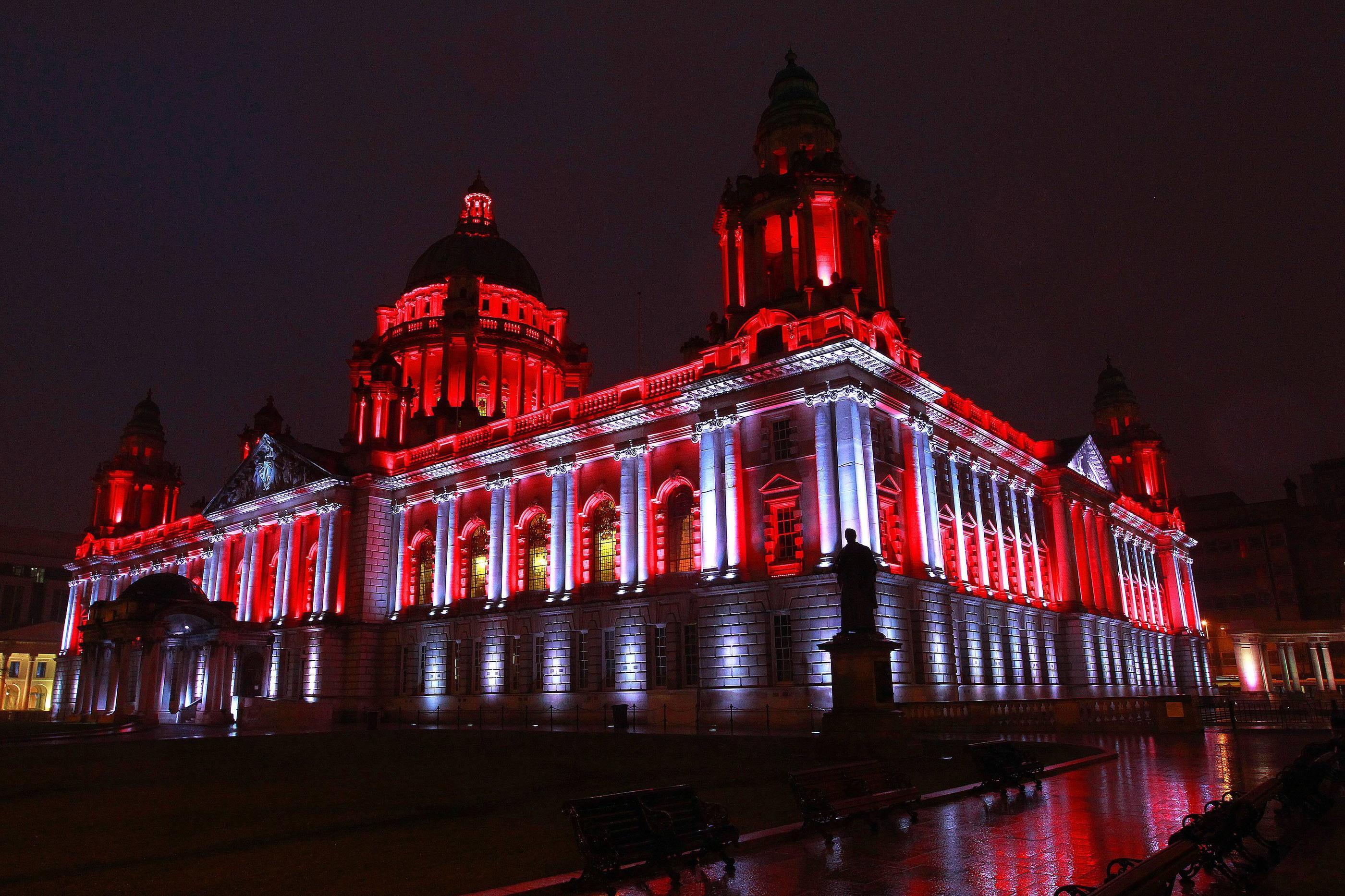 I najbardziej zaskakująca, podświetlona elewacja ratusza w Belfaście, w Północnej Irlandii: