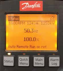 Lokalny panel sterowania VLT ® LCP102 pokazujący obciążenie przetwornicy częstotliwości o mocy i napięciu przy maksymalnej prędkości