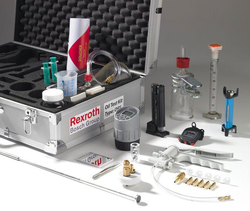 Regularne próbkowanie i badanie cieczy roboczej z wykorzystaniem zestawów analitycznych Bosch Rexroth, takich jak przedstawiony na zdjęciu, pomaga utrzymać bezpieczny poziom substancji skażających oraz informuje o stanie cieczy roboczej.