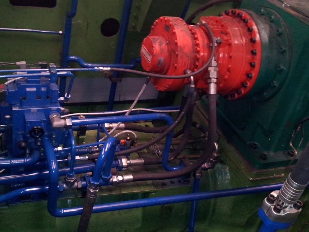 Napęd obrotu uchwytu przedmiotu obrabianego – silnik CA210-210 z hamulcem BICA37  i z przetwornikiem obrotowo-impulsowym