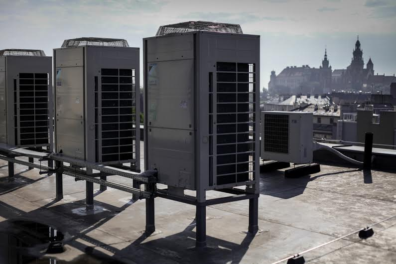 Najwięcej, bo aż 24 000 PLN oszczędności rocznie, pochodzi z systemu centralnej klimatyzacji i wentylacji.